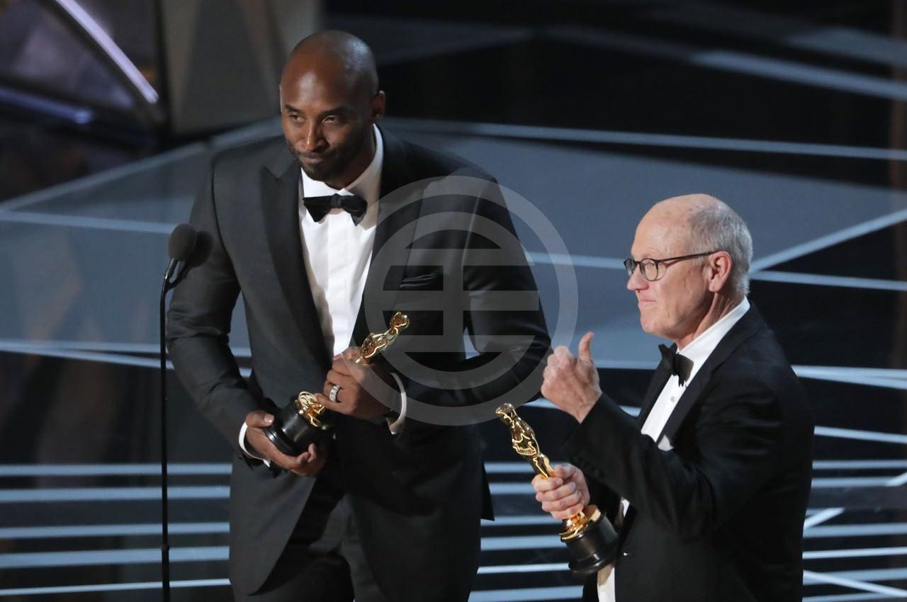 科比·布莱恩特(左)与《Dear basketball》导演Glen Keane(右)一同上台领奖