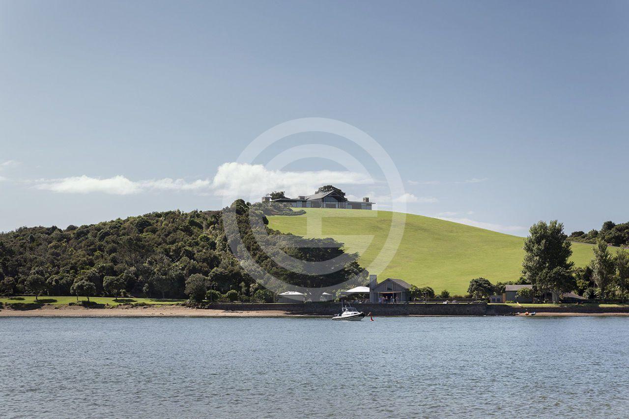 """彼得·库珀(Peter Cooper)在群岛湾(Bay of Islands)建造了一座带有葡萄园的豪华酒店""""The Landing"""""""