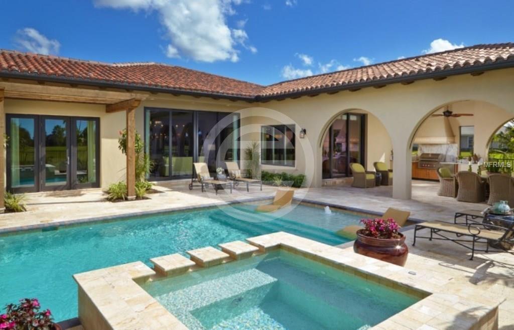 2017年,佛罗里达州萨拉索塔(Sarasota)豪宅市场繁荣发展,百万美元以上房产的销量年均增加了30%。图为居外房源(编号:13899869),全新豪华别墅带家俱出售,室内设计由世界着名的Romanza团队设计,坐落在传统的私人高尔夫会所The Founders Club。离美国排名第一的沙滩Siesta Key Beach 15分车程。