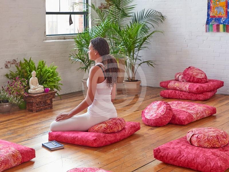 冥想坐垫能使你的静坐姿势更为舒适,从而帮助你更好地集中精神