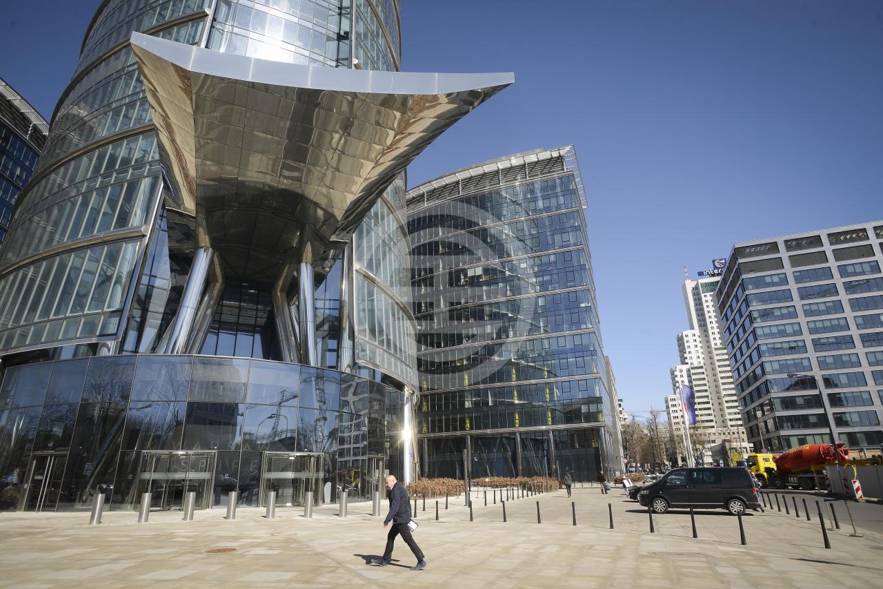 图为华沙Warsaw Spire摩天大楼。4月份总部位于纽约的房地产投资管理公司Madison International Realty LLC管理的一只基金收购了Warsaw Spire 50%的股份,收购价格未予披露。