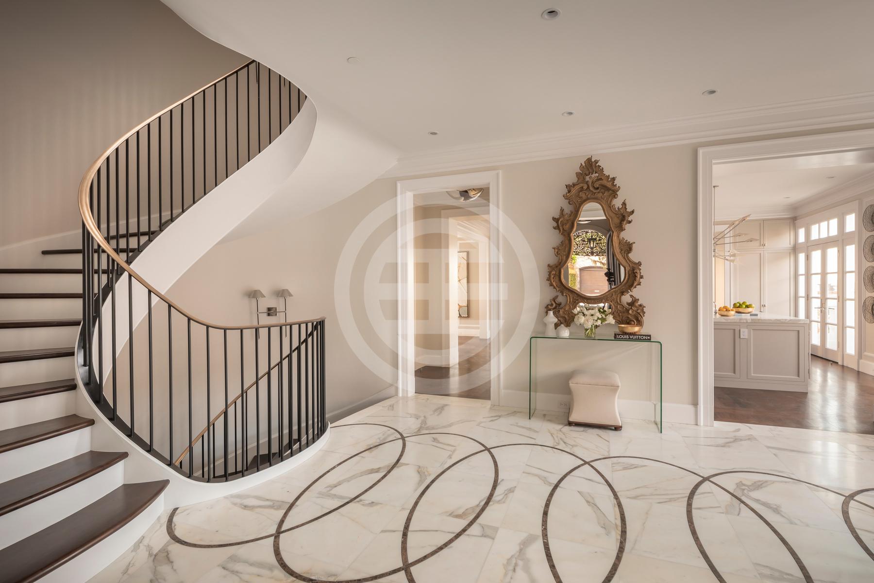 椭圆形螺旋楼梯,大理石地板,简直就是奢华