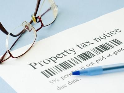 根据美国人口调查局数据,典型家庭每年花费2,127美元的地税,但在美国的一些地区,房主可能要支付超过平均地税10倍的数额