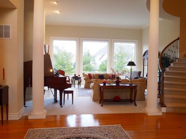 拱形天花板高耸,加上开放式的平面布局,打造出更加通透的空间