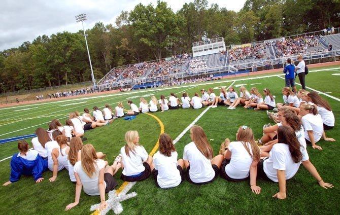 学生应该在高中阶段持续参加4至6项不同类别的课外活动,而不是仅仅是参与不同的体育运动