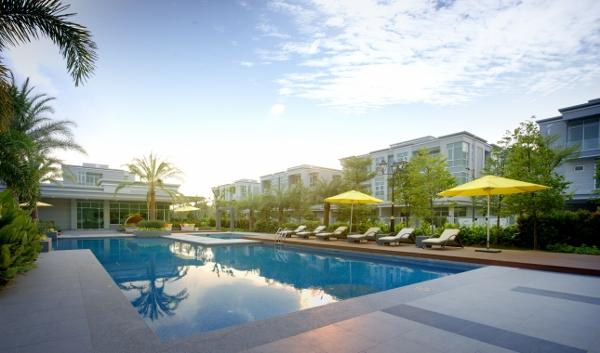酒店级会所包括超大泳池和设施先进的健身室