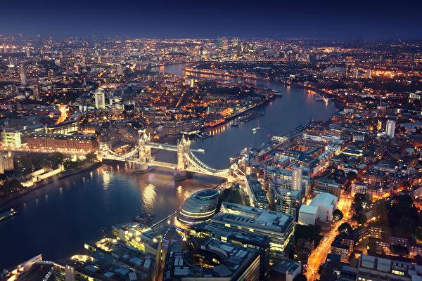 夜色中的伦敦塔桥和周边建筑