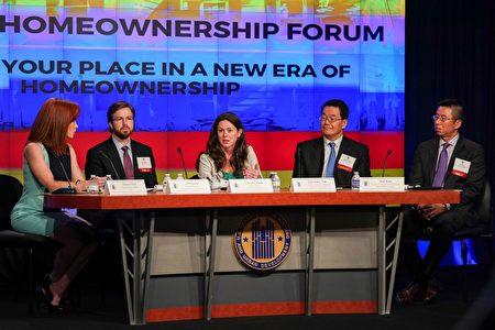 美国房地产经纪人协会(NAR)首席经济学家Lawrence Yun(右二)建议买房者做好财务上的充分准备
