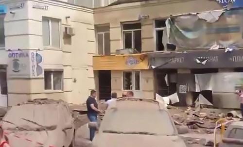 乌克兰街头爆水管 高压导致边缘多处建筑损坏