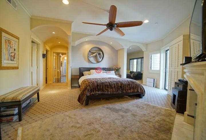 豪宅建有4间卧室、5间浴室,占地将近4400平方英尺