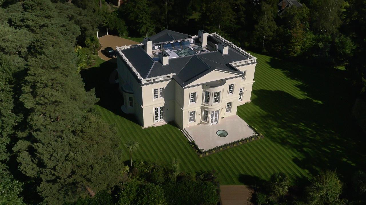 自20世纪初期开发以来,圣乔治山(St George's Hill)便成为特权阶层的乡村休闲圣地,吸引了诸多行业巨头、富人、名人来此居住