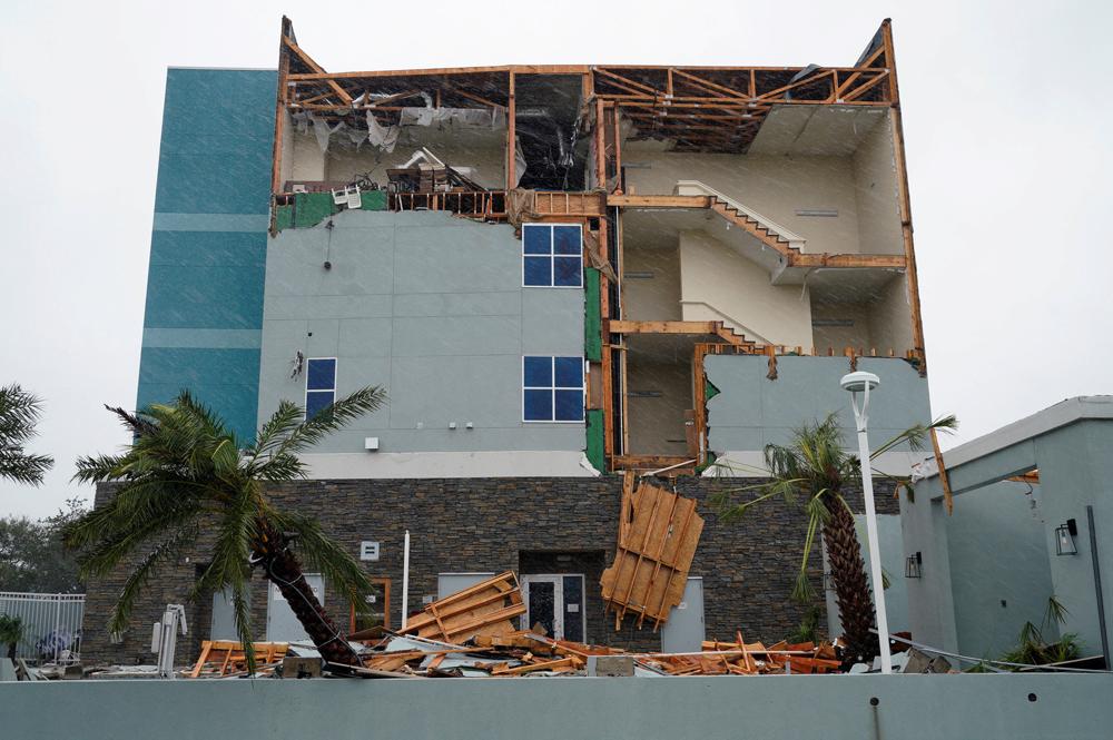 德州罗克波特一座旅馆的外墙被暴风吹走