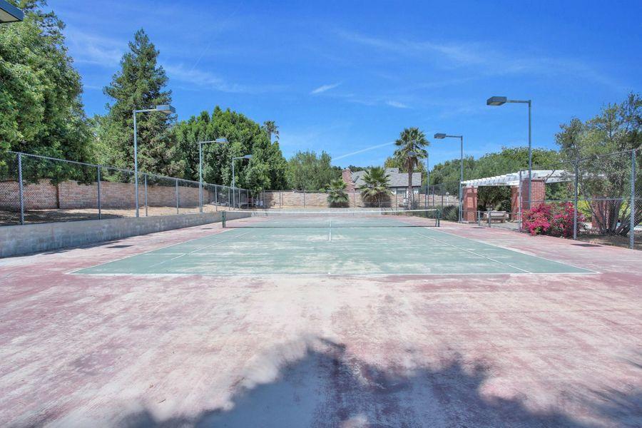 豪宅带有私人网球场
