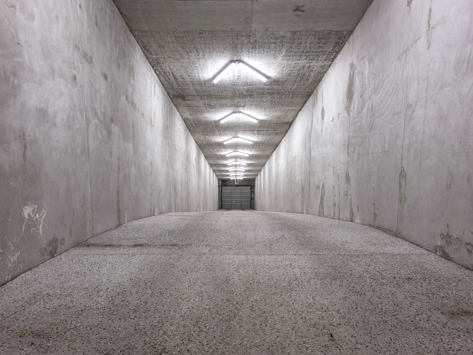 50米长的混凝土封闭隧道让人不禁想起了好莱坞的电影