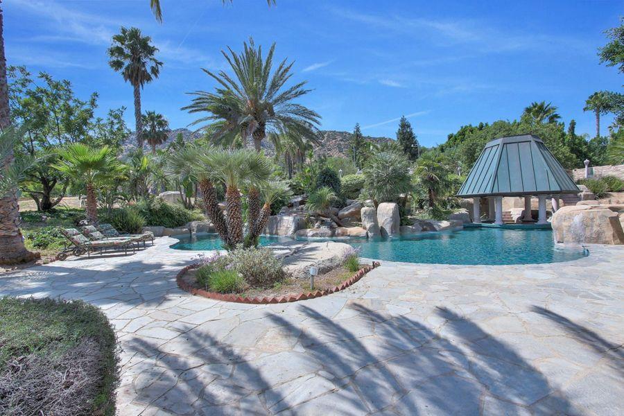 还有度假风格的加热式100,000加仑游泳池