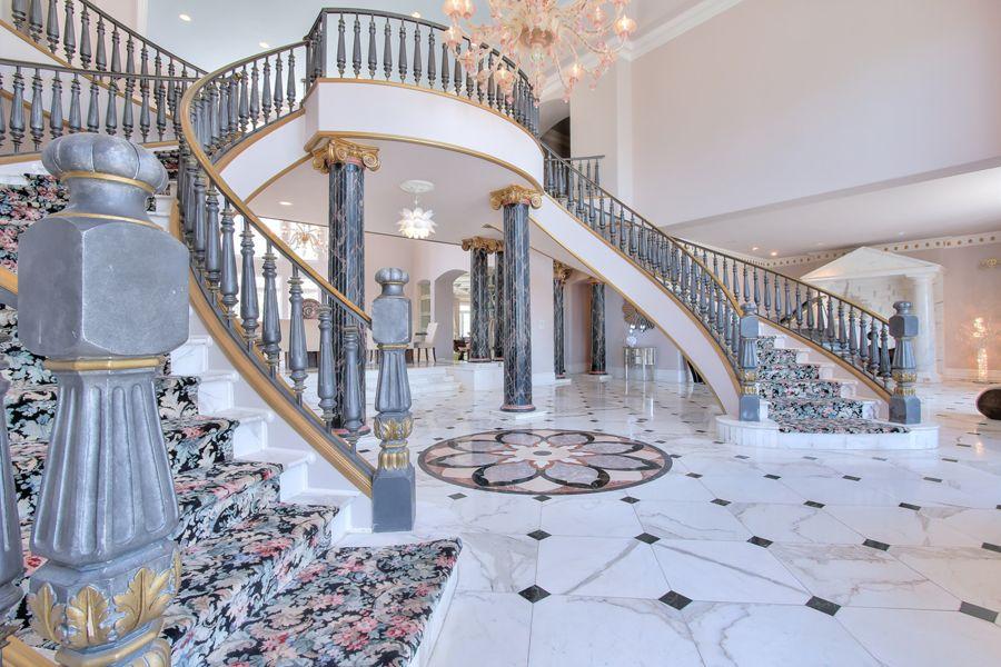 豪宅内部装饰极为豪华,采用最好的材料和工艺打造而成,非凡品质