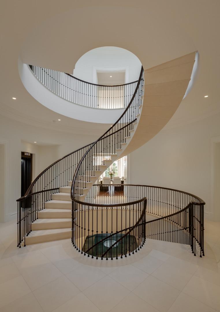 楼梯呈270º度独立曲线,采用最纯粹的法国石灰岩手工打造而成,在设计和工程上都堪称杰作