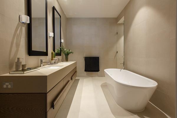 还拥有中央浴室、单独的洗衣房、独立书房、盥洗室,典雅简约
