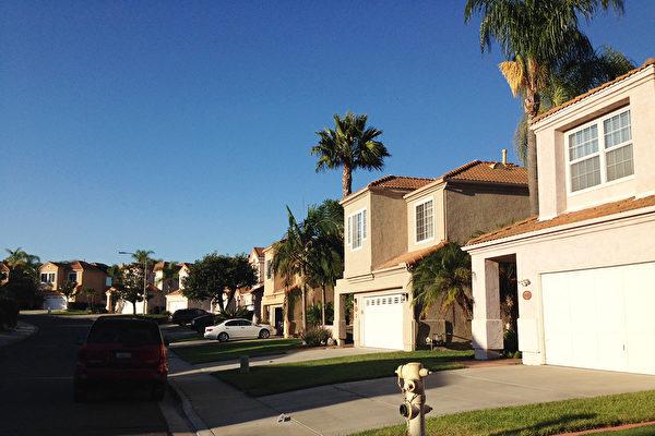 加州圣地亚哥房价持续上涨。2017年7月份比去年同期上涨7.1%,超过加州和全美平均水平。图为圣地亚哥北郡地区一处住宅小区。