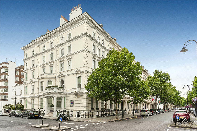 骑士桥女王门路北部尽头矗立着一幢白色建筑,建筑的二楼有一套卧1卫的豪宅正在出售