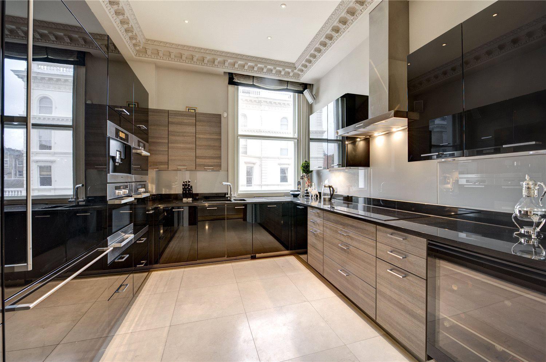 公寓中部是一间面积约13平方米的厨房兼早餐室,厨房设备高端齐全
