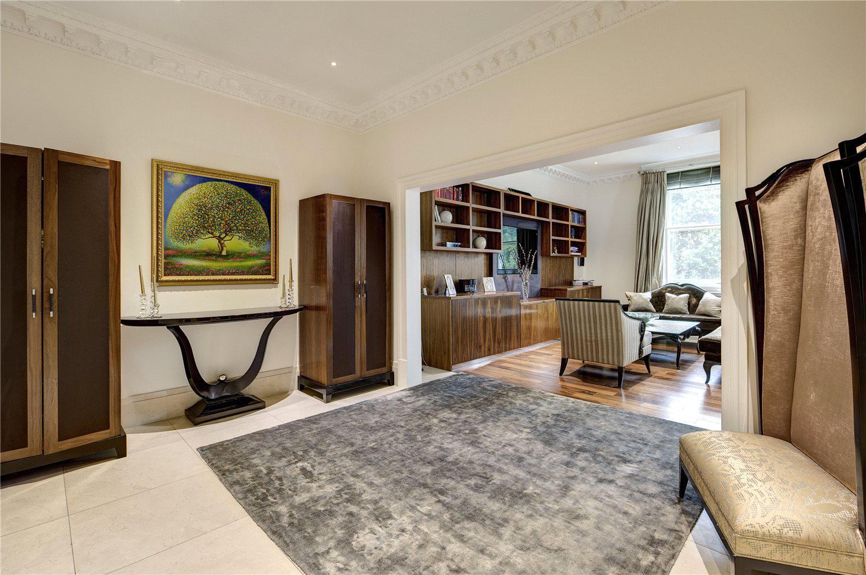 对于注重生活品质和教育的购房者来说,这套豪华公寓是非常理想的选择