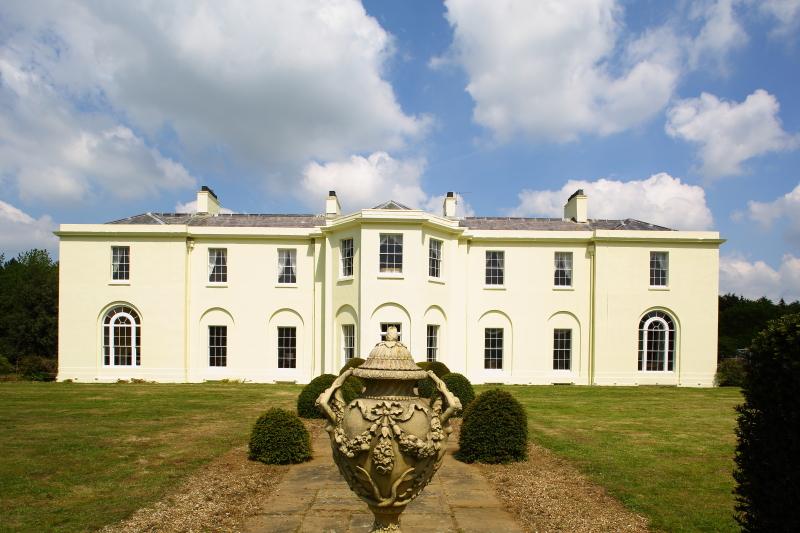 Clermont Hall带有宏伟的花园和4个礼堂,堪称完美住宅的典范,现售275万镑