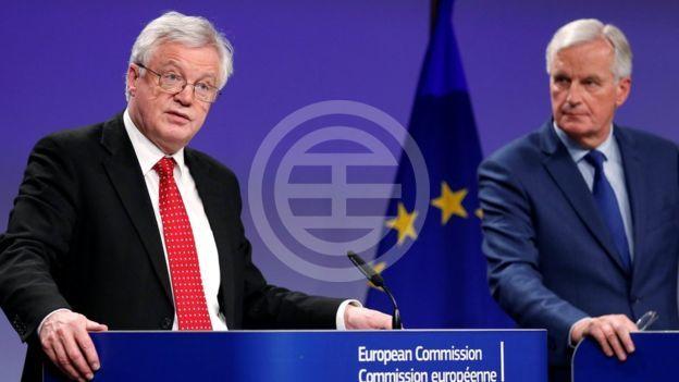 英国脱欧大臣大卫·戴维斯和欧盟首席谈判代表麦克·巴尼尔一直希望在分手费问题上达成一致