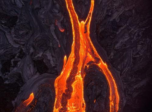 新的熔岩直接从火山边冲出,沿着山坡往下流
