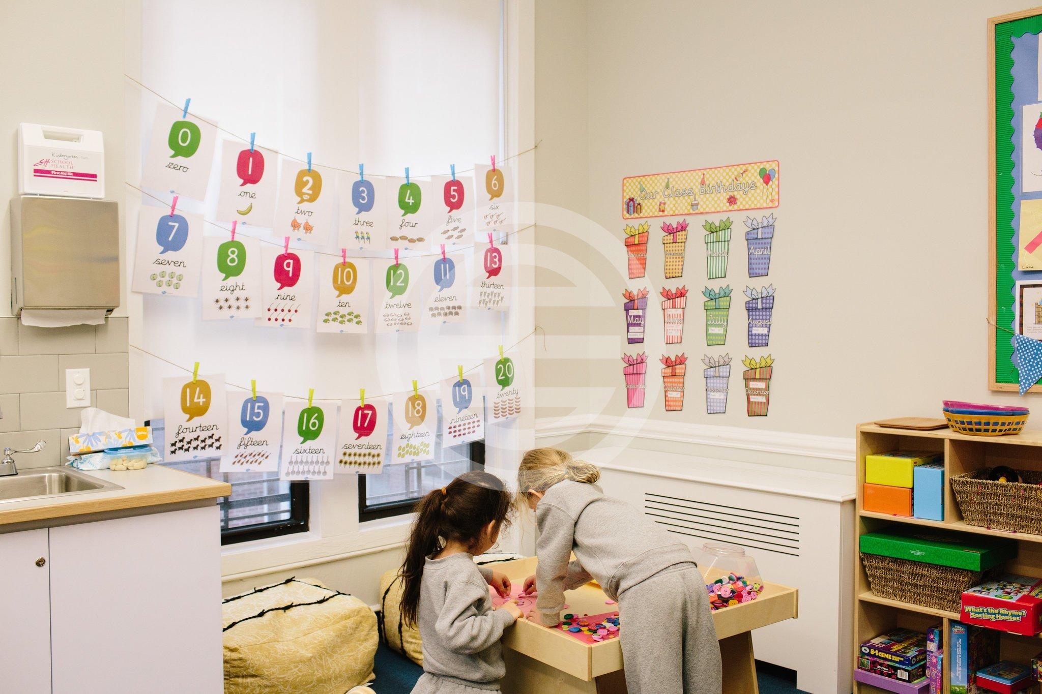 幼稚园学生在纽约上东区Wetherby-Pembridge学校学习数学