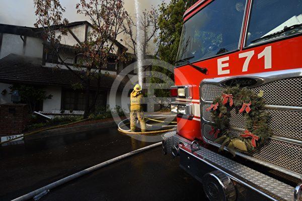 加利福尼亚州洛杉矶市西部的斯克博火灾中, 消防员投入现场奋战