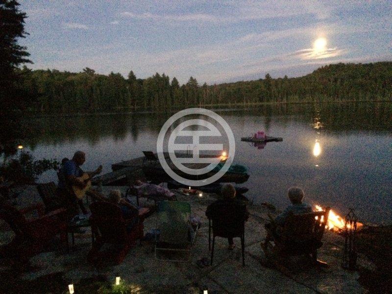 一家人享受湖畔的静谧