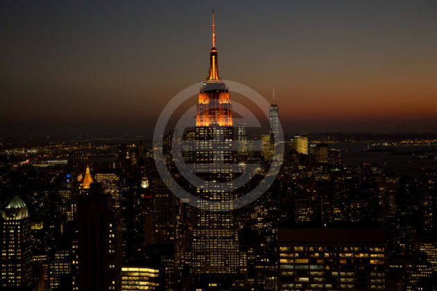 """纽约市为了庆祝入选,特意在帝国大厦和世贸中心等地标建筑楼顶亮起了""""亚马逊橙色""""灯"""