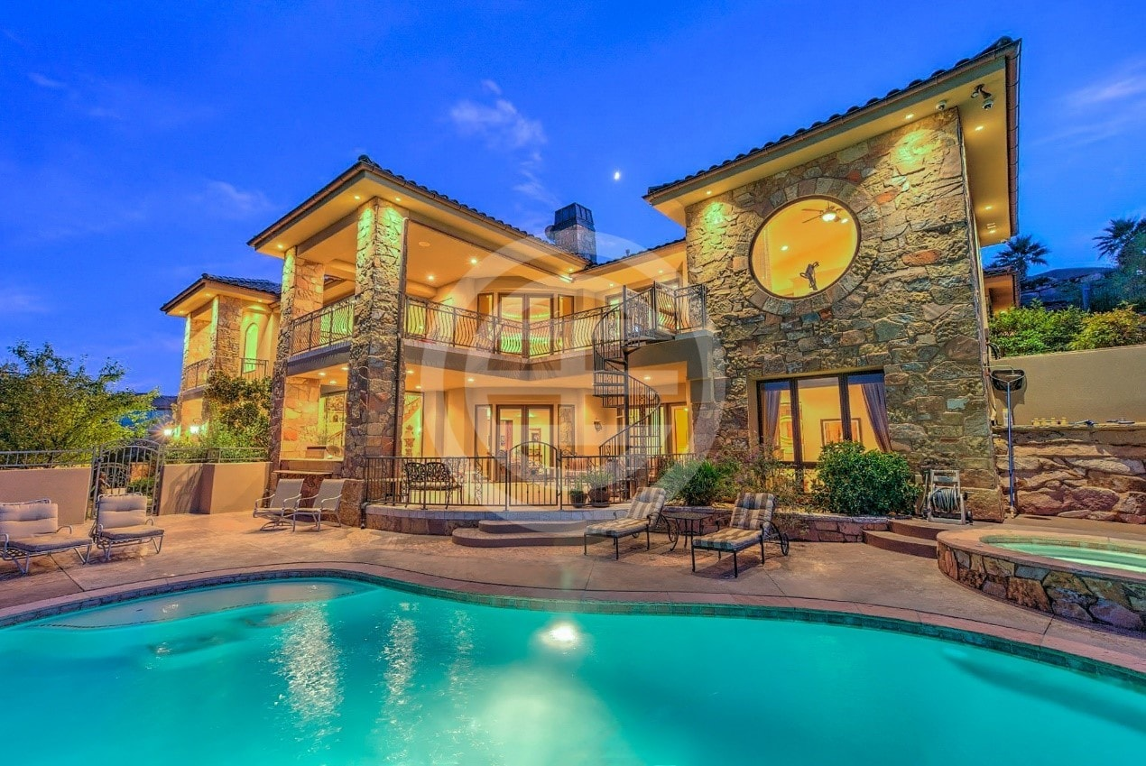 大气精致的别墅及楼下的泳池,真像是在地中海
