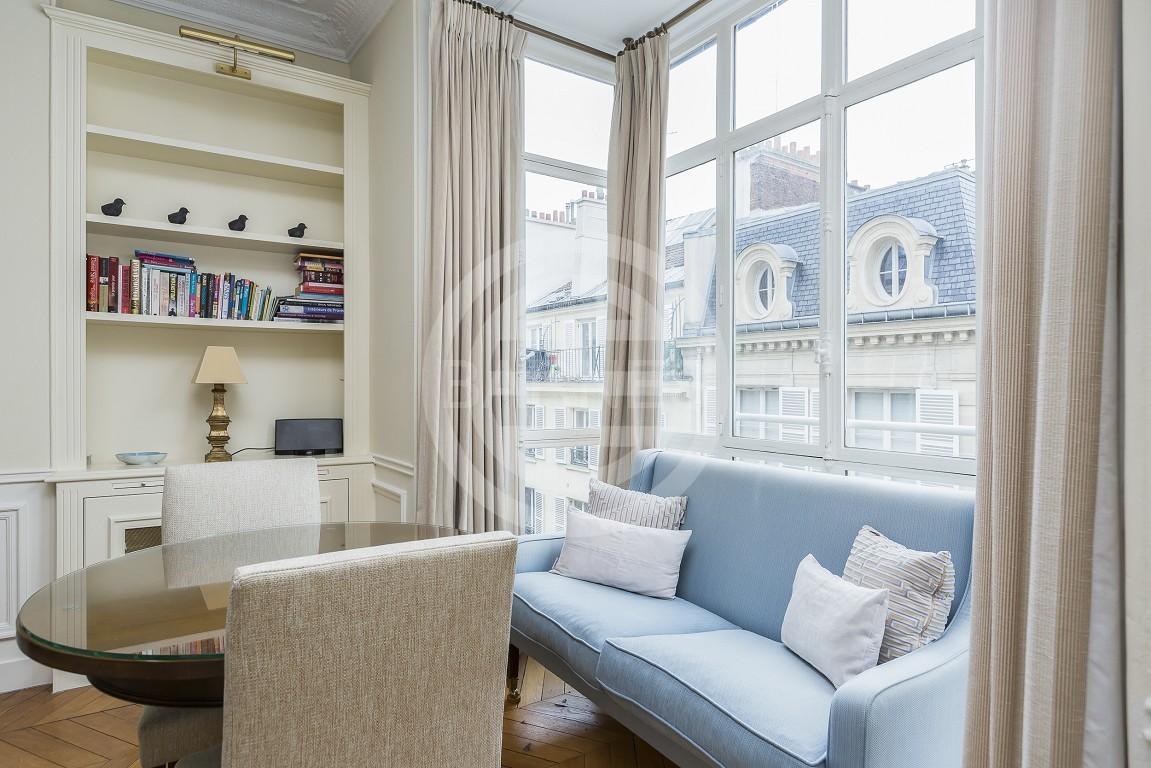 居外精选法国房源:巴黎Saint Augustin公寓,位于迷人石质建筑的5楼,采用高品质材料完成全面翻新。一卧一浴,优越地段,靠近大学,高档配件。