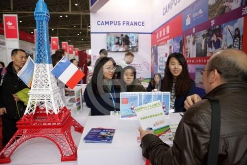 一位家长在2017年中国国际教育巡回展上为孩子咨询在法国读研究生的项目