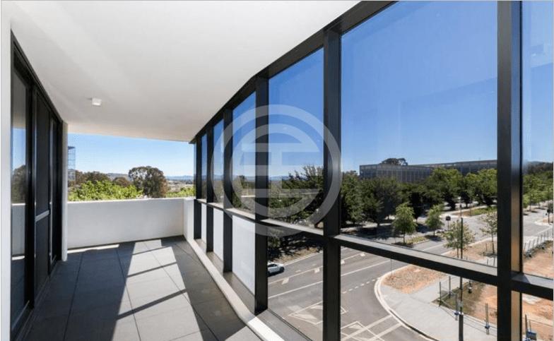 起居区设有大型双层玻璃窗