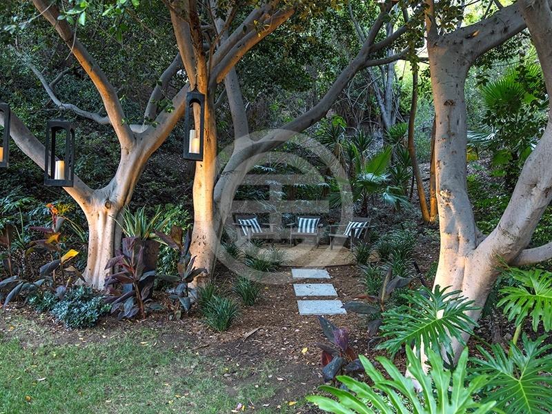 这座加利福尼亚贝弗利山的7卧住宅设有一处掩映在绿荫之中的静谧空间,是冥想的理想场所
