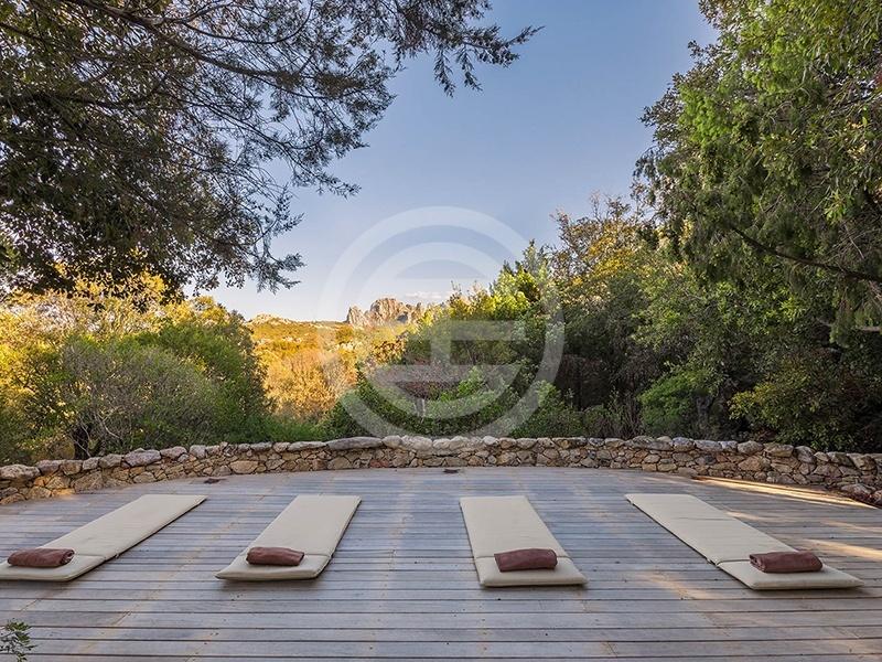 瑜伽/冥想平台是意大利撒丁岛(Sardinia)斯梅拉尔达海岸(Costa Smeralda)上9卧加里巴迪纳别墅(La Garibaldina)的亮点之一