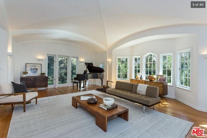 豪宅历史悠久,保留传统英式建筑风格,好似拱形天花板丶精致的壁炉等