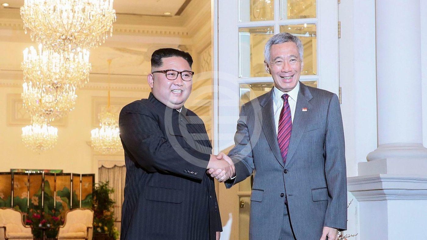 周日(6月10日),金正日抵达新加坡后与朝鲜总理李显龙举行会谈