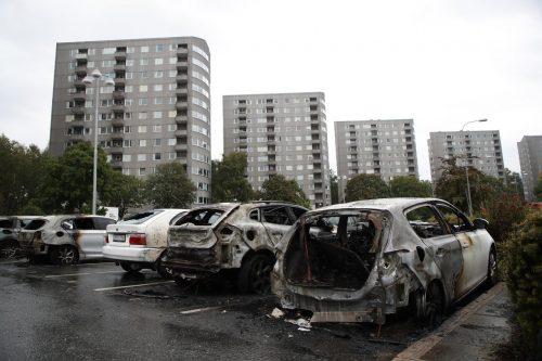 瑞典百辆车被点燃 疑似一群黑衣青年所为