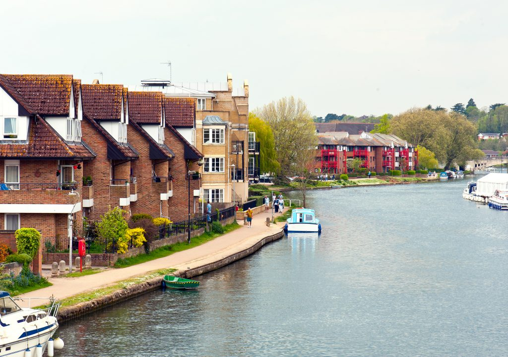 Houses in front of the beautiful view of coastline of the River Thames in Reading, England.